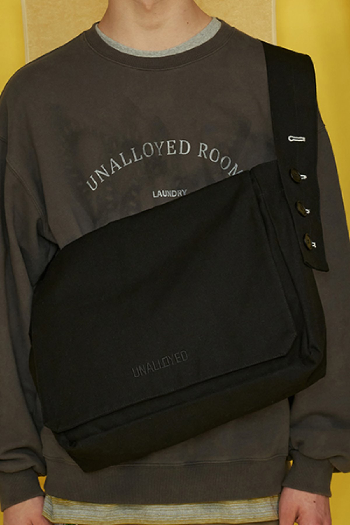 BUTTON LOGO MESSANGER BAG / BLACK