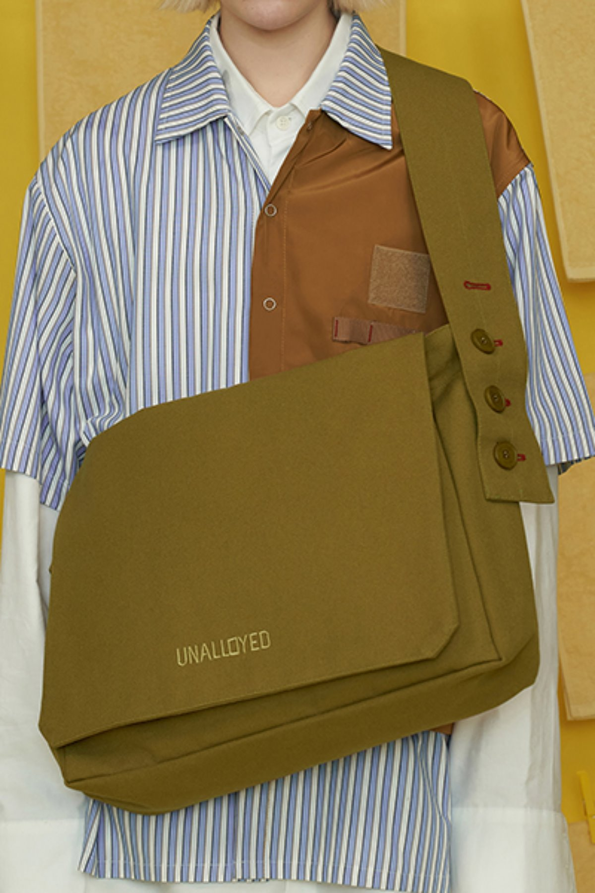 BUTTON LOGO MESSANGER BAG / OLIVE